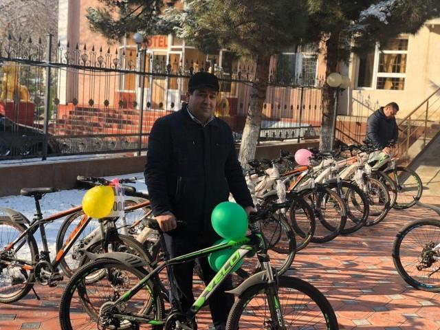 Банк ходимлари велосипедда юришади.